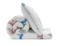 Bedruckte Baumwoll-Bettwäsche mit bunten Autos und lustigen Motiven auf weiß