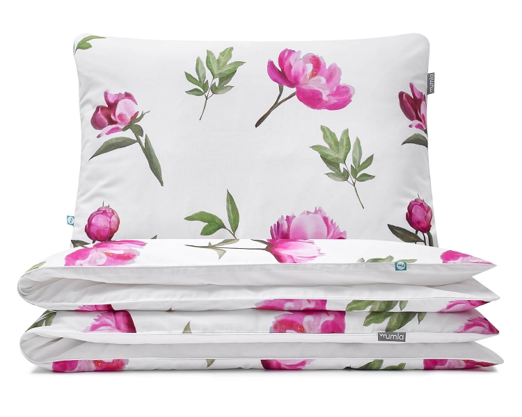 Florale Kinderbettwäsche mit gemalten Pfingstrosen im kräftigen rosa auf weiß aus hochwertiger Baumwolle