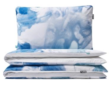 Moderne Kinderbettwäsche mit verspielter Aquarellmalerei mit blauen Farbverläufen auf weiß aus hochwertiger Baumwolle