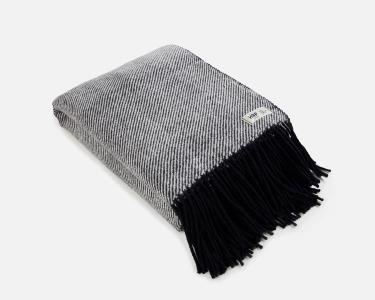 Wolldecke schwarz RuRu aus neuseeländischer Schurwolle und eleganten Fransen