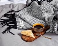 Schwarze Wolldecke RuRu aus neuseeländischer Schurwolle