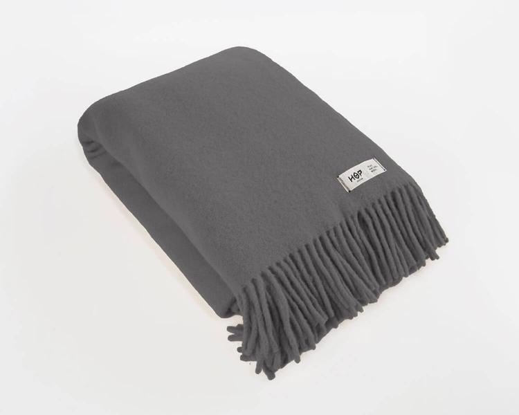 Wolldecke dunkelgrau Uni Yeti aus neuseeländischer Schurwolle mit eleganten Fransen