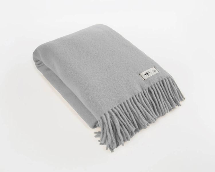 Wolldecke hellgrau Uni Yeti aus neuseeländischer Schurwolle mit eleganten Fransen
