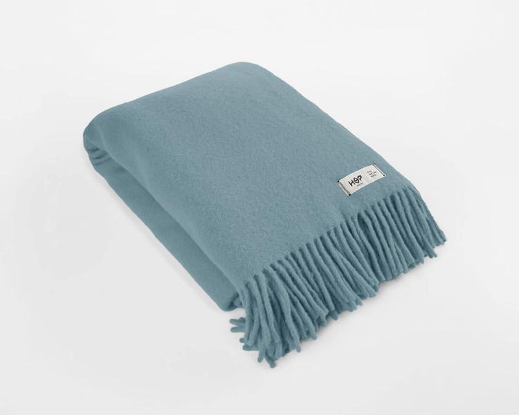 Wolldecke pastelblau Uni Yeti aus neuseeländischer Schurwolle mit eleganten Fransen