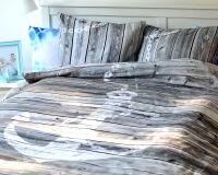 Bettwäsche mit Anker und Holzwand in grau