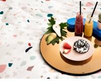 Frühstück im Bett in der trendigen Terrazzo Bettwäsche