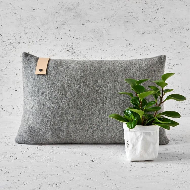 moyha Homely Melange Dekokissen grau Lederband natur 60x40
